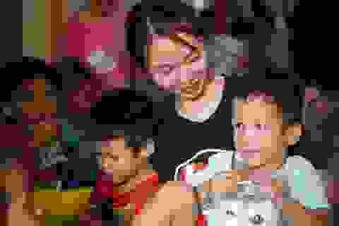 Báo Dân trí tiếp tục mang Tết đến với những đứa trẻ bị bỏ rơi tại chùa Hồng Quang