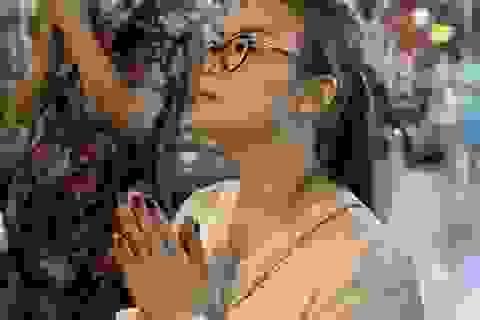 Sau giao thừa, nhiều người đi chùa cầu bình an