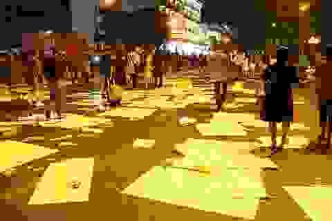Phố đi bộ Nguyễn Huệ đầy rác sau đêm giao thừa