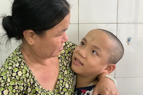 Cậu bé bại não lần đầu xuất viện về nhà đón Tết