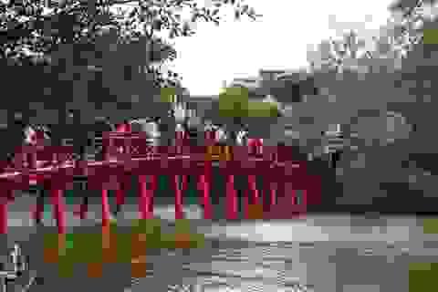 Cảnh lễ đền dưới mưa xuân tuyệt đẹp ở Hà Nội ngày mùng 1 Tết