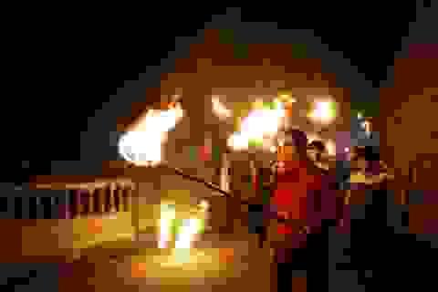 """Đêm Giao thừa, cả làng chạy thật nhanh đưa """"lửa Thánh"""" về nhà"""