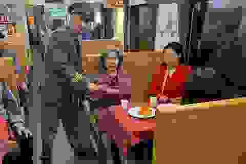 """Giây phút đón giao thừa cùng những vị khách """"đặc biệt"""" trên tàu hỏa"""