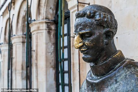 Chiêm ngưỡng những bức tượng may mắn trên thế giới