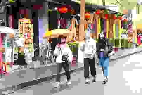 Sợ virus corona, du khách bịt khẩu trang khi dạo phố cổ Hội An