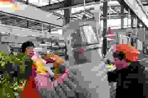 Đội chai nhựa, trùm bao nylon kín người vì sợ lây nhiễm virus corona
