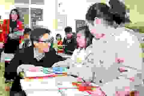 Học sinh thích thú khi được Phó Thủ tướng mừng tuổi bằng sách