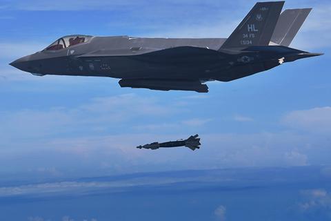 """Lầu Năm Góc phát hiện hơn 800 lỗi trên """"tia chớp"""" F-35"""