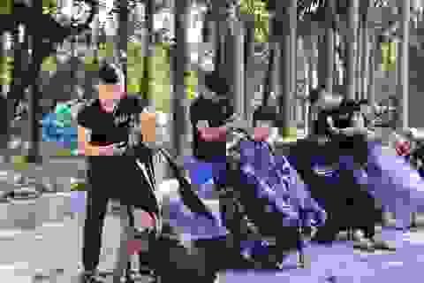 """Ấm lòng """"tiệm"""" cắt tóc miễn phí trên vỉa hè ở Đà Nẵng"""