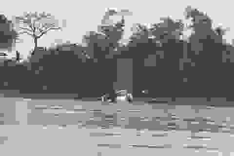 Ô tô trôi xuống sông lúc chờ phà, một người tử vong