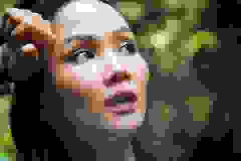 """Hoa hậu H'hen Niê """"hú hồn"""" vì bị trượt té khi thám hiểm hang Sơn Đoòng"""