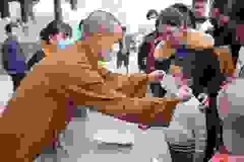 Lo virus corona, chùa lớn nhất Hà Nam phát hàng nghìn khẩu trang miễn phí cho du khách
