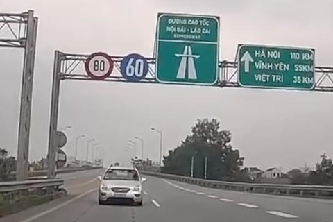 Không sợ chết, tài xế ngang nhiên lái xe đi ngược chiều trên đường cao tốc