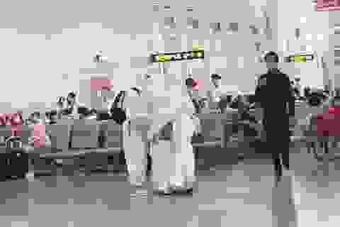 """""""Trời không mưa cũng mặc áo mưa"""", đi sân bay như chống nhiễm xạ"""