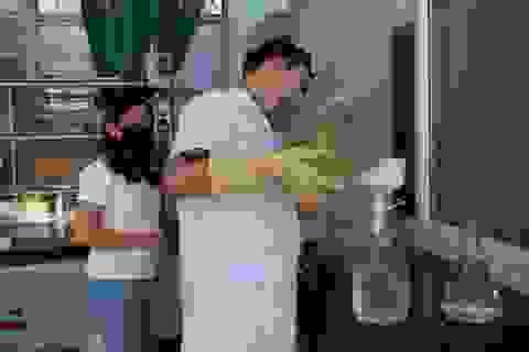 Giảng viên sản xuất nước rửa tay khô tặng người dân phòng dịch corona