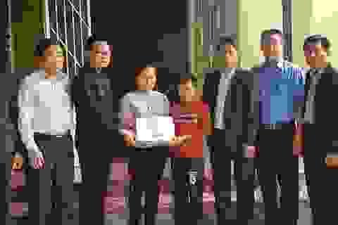 Phó Chủ tịch thị xã cảm ơn bạn đọc Dân trí đã giúp đỡ 2 chị em mồ côi