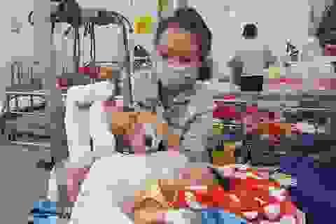 Bé 4 tháng tuổi nghi bị cha bạo hành gãy chân, xuất huyết não
