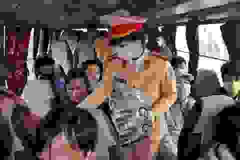Người dân lưu thông trên cao tốc được phát khẩu trang miễn phí