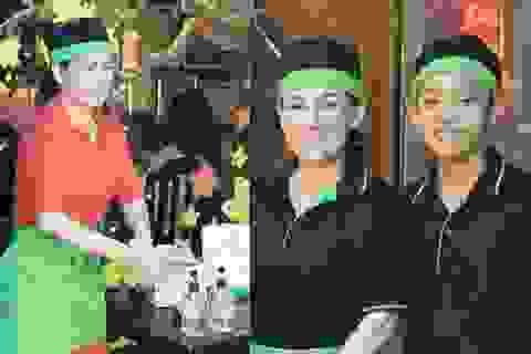 Phi Nhung huỷ 3 show lớn, cùng con nuôi Hồ Văn Cường đi phát khẩu trang