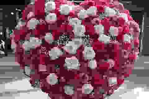 """Đại gia """"chơi trội"""" mua bó hoa 40 triệu đồng tặng bạn gái dịp Valentine"""
