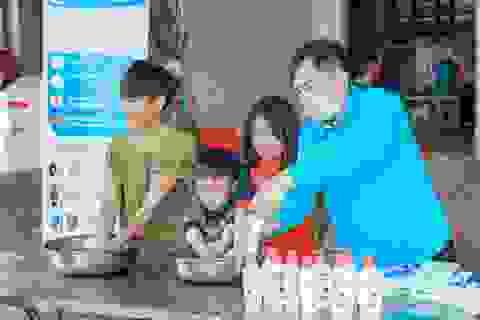 Phát 5.000 khẩu trang, nước rửa tay miễn phí cho học sinh vùng biển