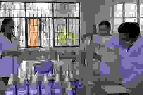 Thầy trò khoa Hóa pha chế dung dịch rửa tay khô tặng miễn phí cho người dân