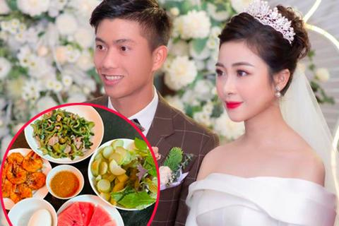 Fans nức nở khen cầu thủ Phan Văn Đức cưới được người vợ đảm đang