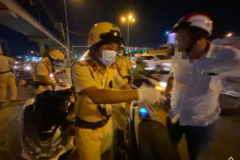 CSGT đeo khẩu trang, găng tay y tế kiểm tra nồng độ cồn