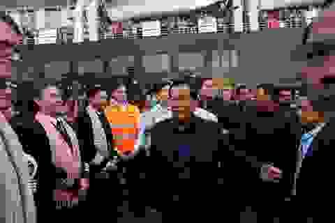 """Thủ tướng Campuchia cầm hoa ra đón du thuyền bị các nước """"hắt hủi"""""""
