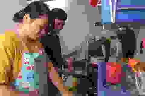 Vợ chồng công nhân tặng nhau một bữa cơm thật ngon cho ngày Valentine