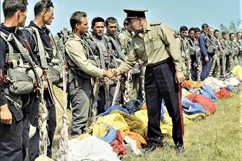 """""""Cha đẻ"""" lính dù Liên Xô giải giáp 3 sư đoàn Đức không tốn 1 viên đạn"""
