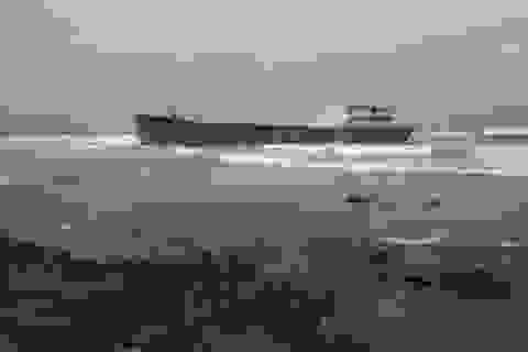 Quảng Ngãi: Sóng lớn đánh dạt tàu 1.000 tấn vào bãi đá
