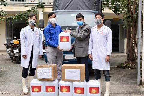"""ĐH Bách khoa HN tặng quà, thăm hỏi SV đang sống ở """"tâm dịch"""" Vĩnh Phúc"""