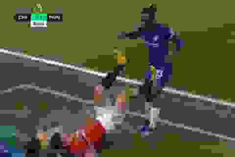 Bỏ bóng đá người, đội trưởng Man Utd thoát thẻ đỏ