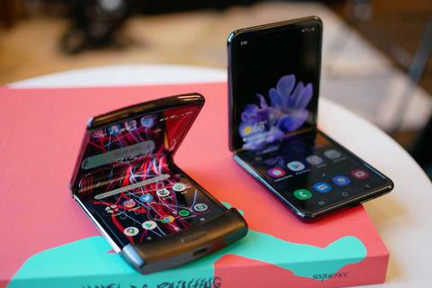 Đọ độ bền Galaxy Z Flip và Motorola Razr khi thả rơi tự do