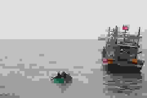 Tàu chìm, 1 ngư dân mất tích, 6 người lênh đênh trên biển