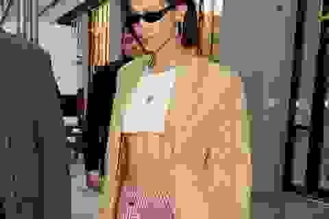 Bella Hadid diện áo ngắn khoe eo thon trên phố