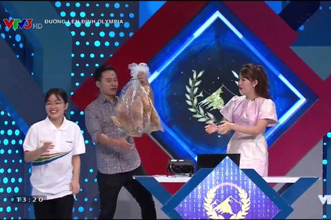 """Nữ sinh tặng bánh đa kế """"khổng lồ"""" giành chiến thắng thi tuần Olympia"""
