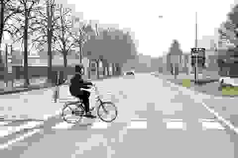Đường phố vắng tanh tại các thị trấn Italia bị phong toả do Covid-19