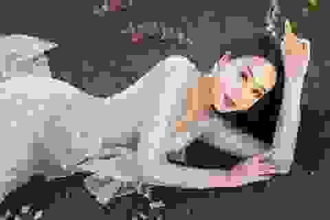 Anika Trinh Trinh diện váy pha lê xuyên thấu