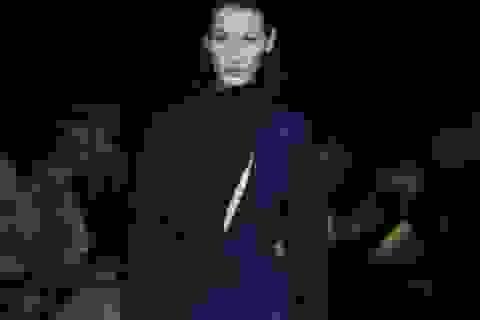 Siêu mẫu Bella Hadid trình diễn ấn tượng tại Milan