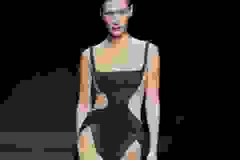 Bella Hadid diện trang phục kỳ lạ