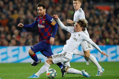 Real Madrid - Barcelona: Canh bạc cả mùa giải