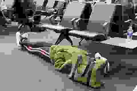 Nữ hành khách nằm thẳng cẳng trên sàn phòng chờ sân bay