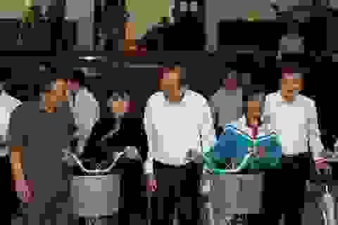 Phó Thủ tướng Trương Hòa Bình tặng quà học sinh và quỹ khuyến học Đắk Nông