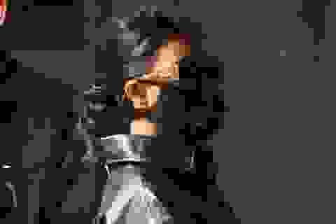 Kourtney Kardashian đeo khẩu trang giá 50 USD tới Pháp