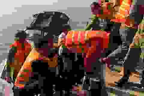 Chìm tàu trên biển, 11 thuyền viên được cứu sống