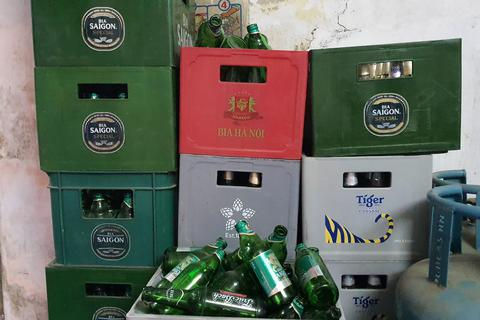 """Hàng tạp hoá """"khóc ròng"""" vì bia tồn xếp đầy kho không bán được"""