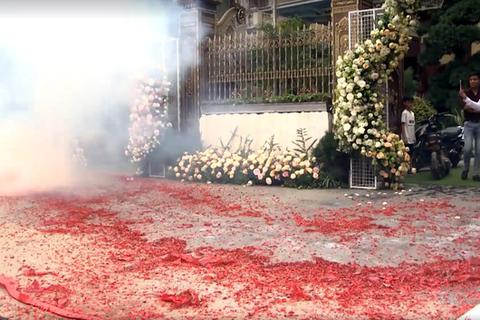 """Hà Nội: Khởi tố 2 bị can đốt pháo """"đỏ đường"""" mừng đám cưới"""
