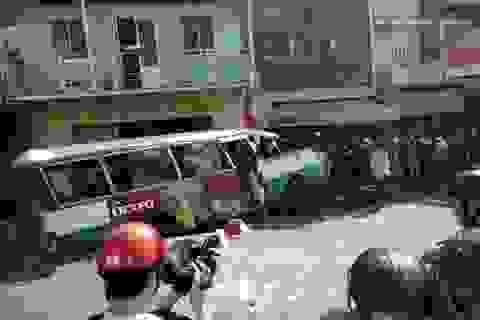 Xe buýt đổ dốc cầu tông người phụ nữ bán vé số tử vong